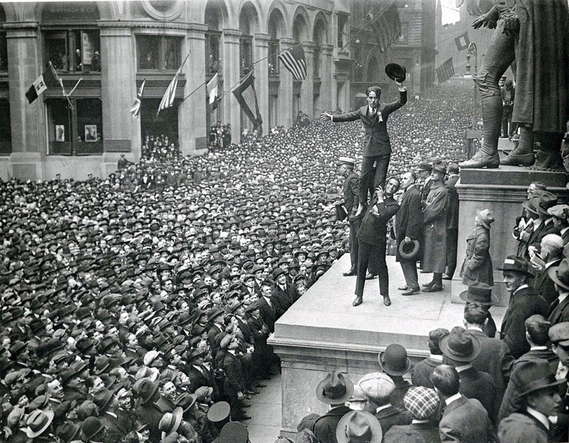douglas-fairbanks+charlie-chaplin-wall-street-newyork-1918-by-underwood-and-underwood
